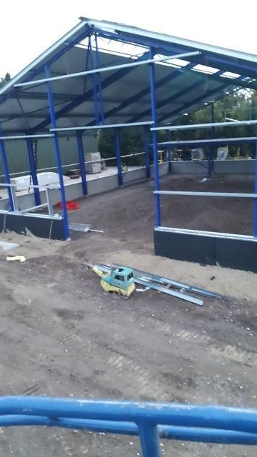 De prefab betonwanden zijn geplaatst