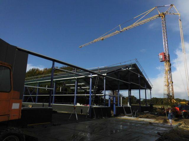 De dakplaten en de lichtstaat (Hakvoort Daglicht) worden geplaatst.